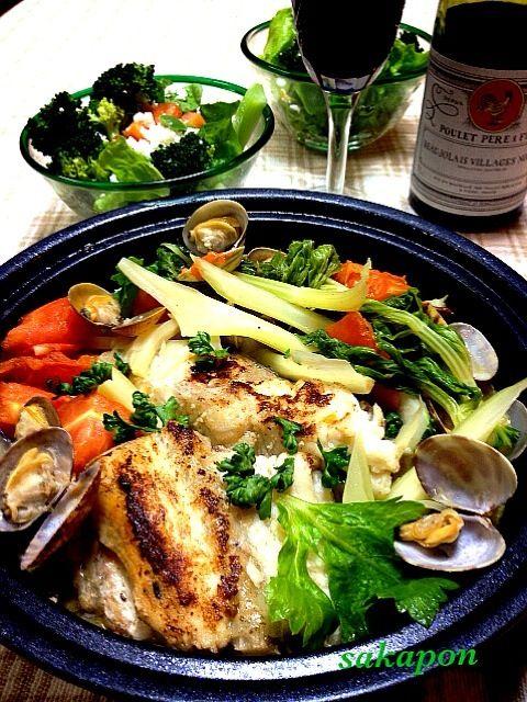 天然すずきが安かったので即アクアパッツァ〜材料[白身魚2切・プチトマト7個・あさり1パック・ニンニク1片・白ワインか酒大2.セロリは冷蔵庫整理の為・塩麹少し・オリーブオイル]フライパンにオリーブオイルを熱し魚を焼く⇒ニンニク加え香りが出たらプチトマトとあさり、水半C.白ワインを加えフツフツしたら蓋をして弱火5分蒸す(*^^*) - 178件のもぐもぐ - すずきのアクアパッツァ(with2本目ボジョレー) by sakapon777