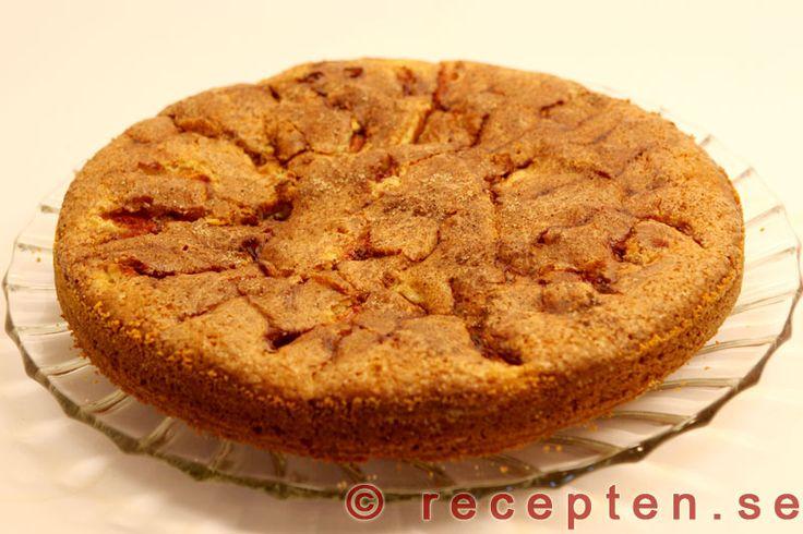 Äppelkaka - Recept på sockerkaka med äpple och kanel. Mycket god! Enkel att göra med bilder steg för steg!