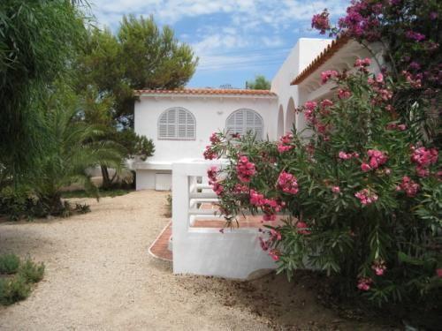 Incantevole villa con piscina a Punta Prima #Formentera Dotata di 3 camere matrimoniali, 3 bagni, grande soggiorno, cucina, sala da pranzo, patio chiuso e varie terrazze. Piscina e zona chill out