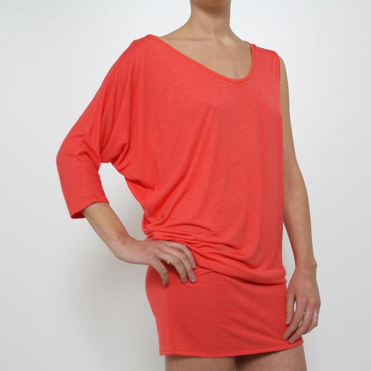 Maxi Maglia Adele Fado - AF054971  Maxi maglia Adele Fado disponibile in color corallo con una spalla sbracciata e una manica a 3/4. Da portare morbida leggermente rimborsata come maxi maglia o mini abito. Composizione: 100% viscosa. Dettagli: Lavare a secco.
