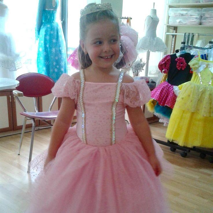 Günümüz daha güzel başlayamazdı ☺️ Atölyemizde 23 Nisan ve Yıl Sonu Gösterileri için, sipariş aldığımız kostümlerin provaları son sürat devam ediyor. Miniğimiz prenses kostümünü çok sevdi  #23nisan #yılsonugösterisi #anaokulu #performans #bale #prenses #funkidkostüm #kostum #costume #prova
