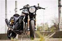 Yamaha XJR 1300 Cafe Racer WS Motorradtechnik aus Parndorf nahm sich eine eigentlich unspektakuläre aber unpackbar gute Yamaha XJR 1300 zur Brust. Die Gebrüder Schaffarich verwandelten die gute alte XJR 1300 in einen feinen Caferacer. Feinste Teile, viel Liebe zum Detail - aber immer noch ein erdiger 4-Zylinder.