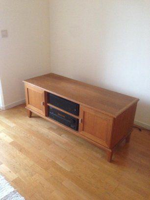 Fin TV-bänk av äldre modell från Mio Säljes  Mått : L 135cm x B 51cm x H 55cm  Bra utrymen för stereo / tv Box m.m / förvaring etc