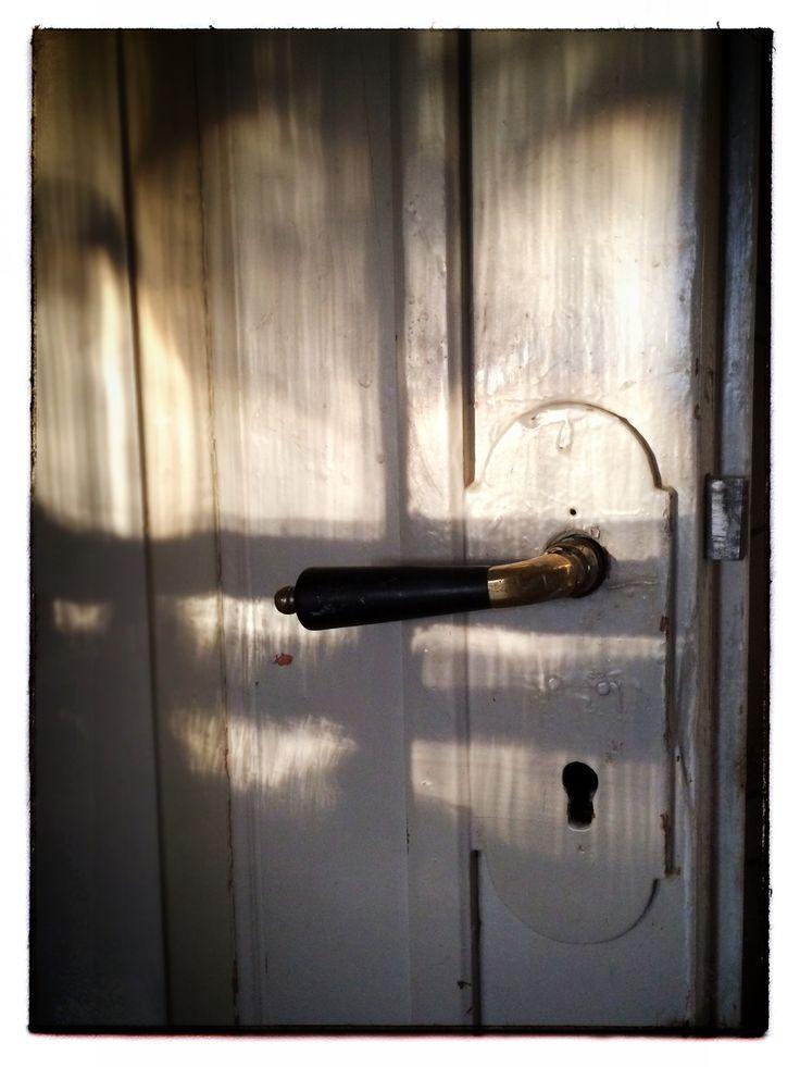 Här är handtaget på vår salsdörr. Vet inte hur gammalt handtaget/dörren är. Dörren är en dubbeldörr med speglar.