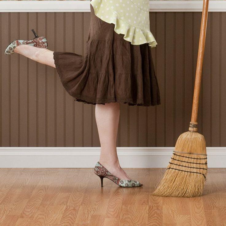 Indispensáveis e encontradas em qualquer local, as vassouras possuem um poderoso simbolismo para equilibrar a energia dentro de casa. Saiba como utiliza-las.
