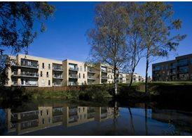 Lejlighed på 108 m² med eget køkken og bad   Teglstrup Have er en lille eksklusiv bebyggelse med fire smukke bygninger, tegnet af de kendte arkitekter Mangor & Nagel, smukt placeret i et kuperet terræn. Bygningernes placering, valg af materialer og områdets parkarealer er gennemtænkt til sidste detalje. Alle boliger har bl.a. optimalt lysindfald og god udsigt til grønne områder og den smukke sø