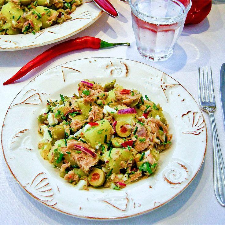 Dit gerecht mag niet ontbreken op een hapjesbuffet: aardappelsalade met tonijn, gevulde groene olijven en veel verse kruiden!