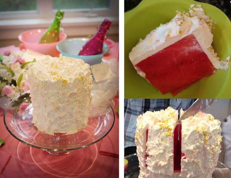 Feenhafter Partywassermelonenkuchen. Schneiden Sie die Enden von der Wassermelone ab, …