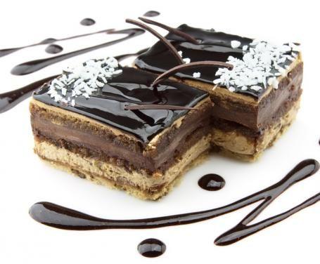 Soffice e deliziosa torta caratterizzata da un connubio idilliaco, cioccolato e cocco. Un dolce irresistibile adatto a ogni occasione: una cena tra amici, un compleanno, una merenda…