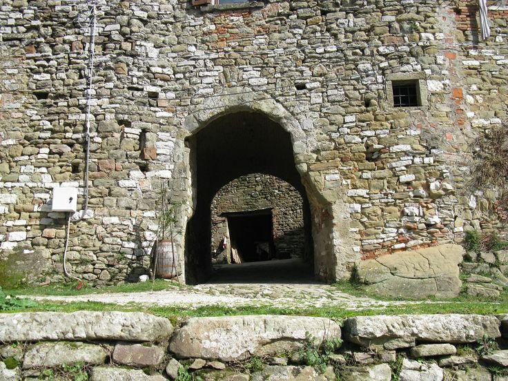 Un altro particolare del Castello di Lisciano. Si tratta evidentemente dell'entrata principale che conduce al cortile interno.