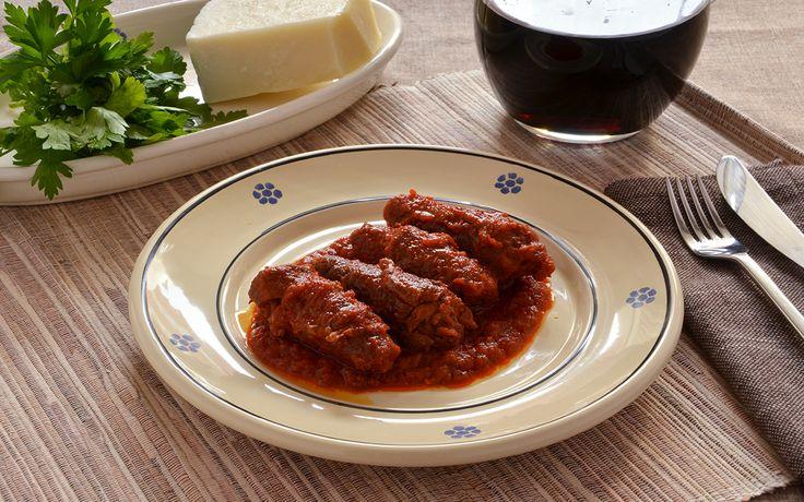 Le brasciole di vitello sono un secondo della cucina pugliese, sono involtini ripieni di pecorino, prezzemolo e aglio, cotti nella passata di pomodoro.