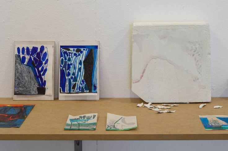 """Anakronistisk maleri, Frans Josef Petersson. """"... vid närmare påseende tycks Olson inte alls förhålla sig till underlaget som en yta för färgen att spela mot, utan som ett av flera lager i ett vertikalt eller stratifierat montage.""""... """"De stående formaten hos båda konstnärerna pekar också mot varje målning som ett skikt eller ett lager i en större helhet.""""...""""...pekar mot en tendens att förhålla sig till måleriet i termer av lager snarare än som yta och form, och som antagligen delvis kan…"""