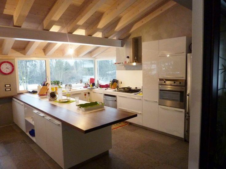 cocina con isla y con techo abovedado de madera natural