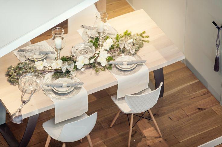 Stół od Ludwik Styl, krzesła od Design Expo