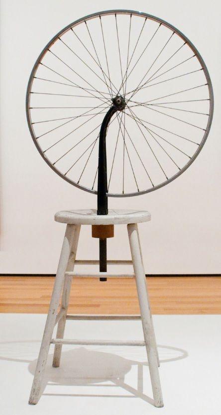 Duchamp, Marcel. Roda de bicicleta (terceira versão). 1951. Roda de metal montada num banco de madeira pintado