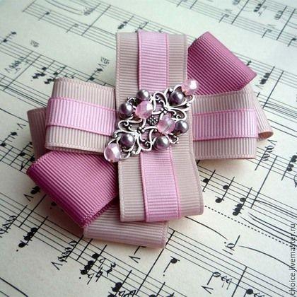 """Брошь бант """"Antique rose"""" Изысканный и элегантный аксессуар. Выполнен из репсовых лент высокого качества (цвет латте, цвет старой розы), украшен филигранным элементом цвета темного серебра, чешскими хрустальными бусинами и хрустальным жемчугом. #брошь #брошь #бант #брошь-бант #репсовые #ленты, #antique #rose #pink #античная #роза #розовый #пудровый #brooch #bow #handmade #unique #jewelry #beads #latte #репсовые #ленты"""