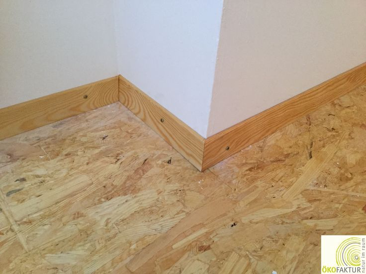 OSB Fußboden mit Massivholz-Sockelleiste auf Gehrung. Behandelt mit Auro Hartöl und Hartwachs.