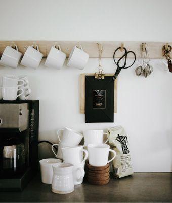 Fancy Keinen Platz f r deine Kaffeetassen Eine Leiste mit Haken schafft Platz auch f r all