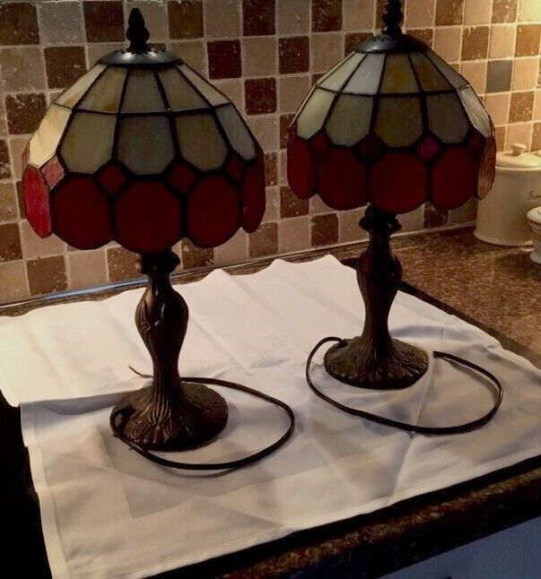 2 TIFFANY ART DECO STYLE BEDSIDE TABLE LAMPS 15 Inch High & Red And Cream Shades