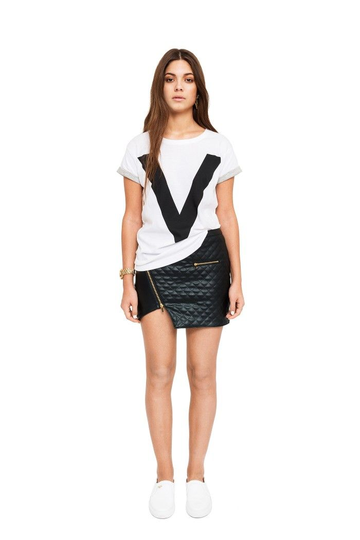 The perfect T-shirt! Loose fit with rolled up sleeves in contrasting color and IvyRevel V-print in black.