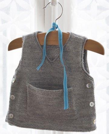 Super facile à tricoter, débardeur ouvert sur le côté. Taille : 3, 6 et 12 mois / Réalisé en jersey et au point mousse. / Niveau de difficulté : Débutant