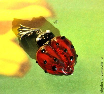 Кулон лэмпворк `Love bug`. Кулон из высококачественного стекла в виде божьей коровки с сердечком вместо крылышек. Яркое позитивное украшение не оставит вас без внимания окружающих.  Внутренняя часть тельца жучка покрыта фольгой из 24 каратного золота.