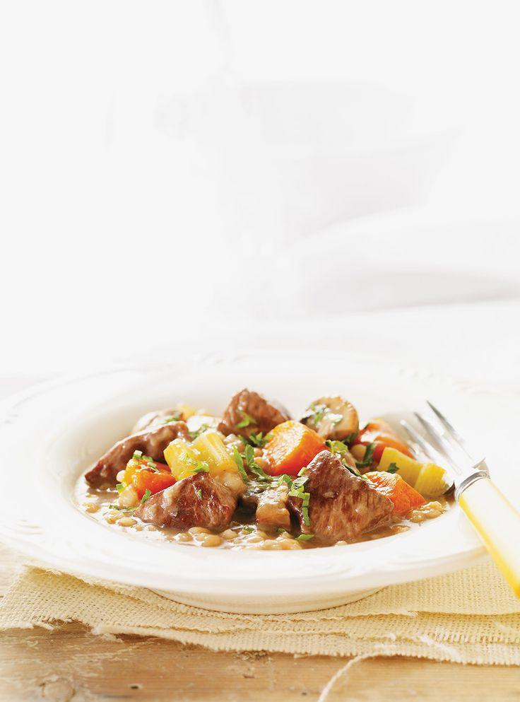Recette de Ricardo: Mijoté de boeuf aux légumes et à l'orge. Recette mijoteuse de saison. Ingrédients: cubes de boeuf à ragoût, orge perlé, carottes, champignons.