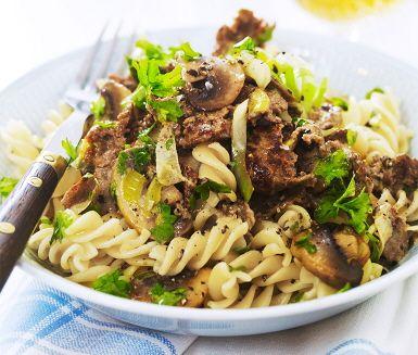 Hjortskavspanna med champinjoner, en spännande rätt med lite annorlunda smaker. Hjortskavet blandas med purjolök och svamp där grädde, buljong, senap och soja adderas för att få fram en krämighet. Låt det småkoka och servera sedan skavet ihop med nykokt pasta.