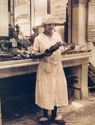 Vendedora de Pescado. Con su gorro y los clásicos zuecos de madera (clogs) que usaban todos los que estaban en este negocio. Foto 1924, Argentina.