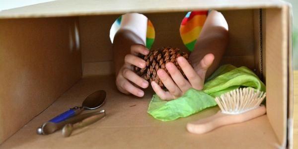 Faça você mesmo um divertido jogo de adivinhação que estimula os sentidos da criança e é baseado no método Montessori de ensino.