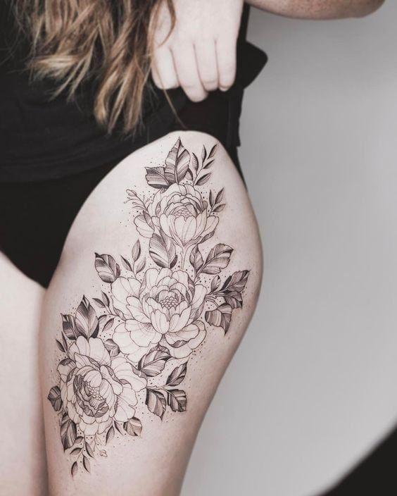 Tattoo auf der Hüfte von Mädchen: Gute Ideen #hufte #ideen #madchen #tattoo Tätowierungen Jedes Mädchen versucht, ihre Persönlichkeit und Schönh…