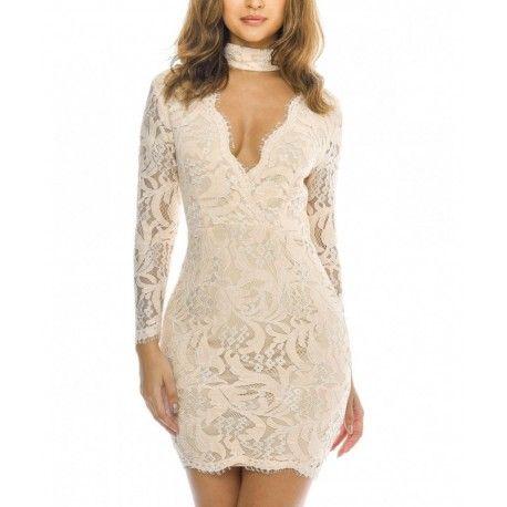 Modna, koronkowa sukienka w beżowym kolorze. Ołówkowy, kobiecy fason idealny na wesele, komunię czy chrzciny. Zajrzyj do sklepu i zobacz nową kolekcję sukienek.