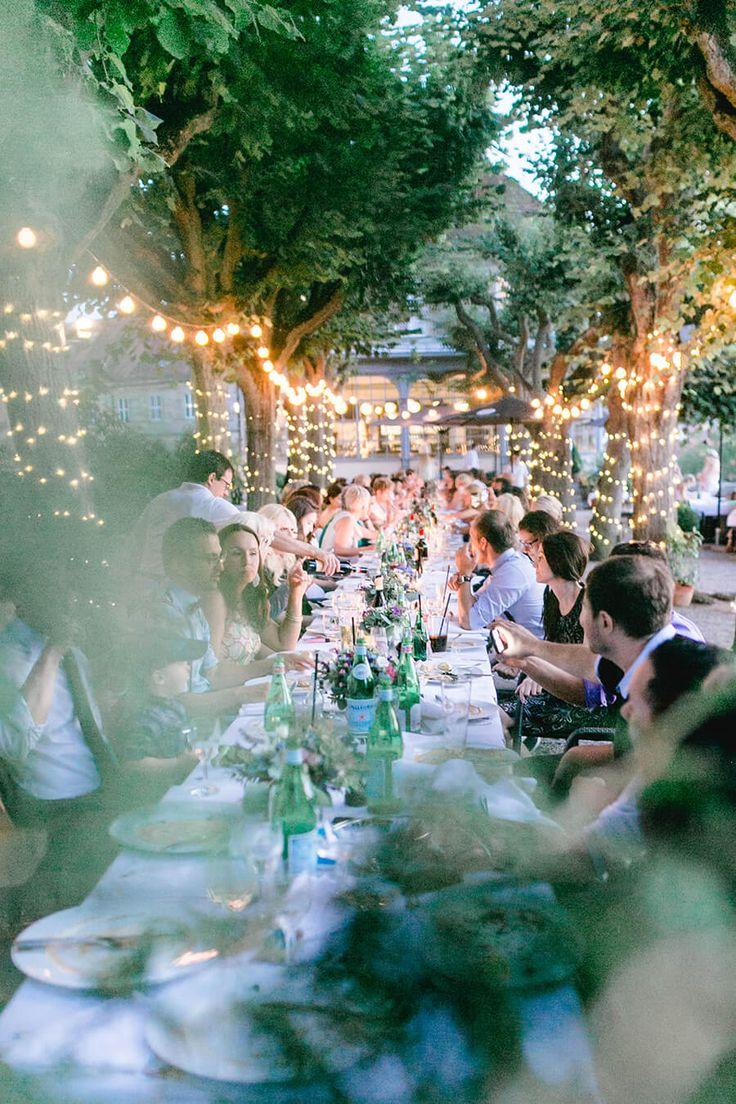 Bohemian Hochzeit Francesco Bamberg Hochzeitsdesign Blumendekoration natürlich Boho lange Tafel Romantische Stimmung Lichterketten Location Dinner Abendessen