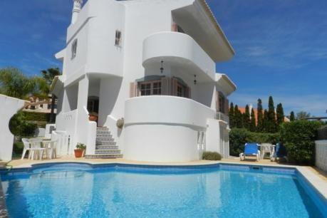 Alta Vista  Alta Vista is een ruime 4 slaapkamer / 3 badkamer vrijstaande villa met privézwembad perfect gelegen achter het oude dorp. De villa is volledig voorzien van airconditioning voor comfort en biedt verschillende balkons om te genieten van de Algarve zon. De open geplande lounge heeft een paar stappen tot aan de eetzaal die vervolgens leidt tot de keuken. Een slaapkamer en een badkamer is ook te vinden op de begane grond niveau met de overige slaapkamers en badkamers op de eerste…