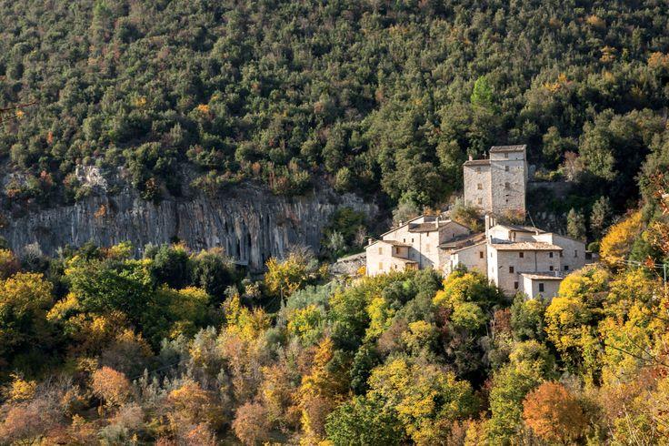 II toponimo Schioppo deriva dal latino scopolum (scoglio). Villa di transito, sulla strada per Spoleto, addossata ad una grande parete rocciosa che incombe, in verticale, sul piccolo insediamento.
