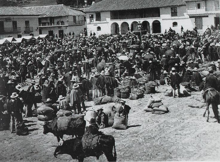 Día de mercado en la Plaza Mayor de #Zipaquirá, en 1910. Foto archivo de José Caicedo, del libro lo Mejor de Zipaquirá. #Colombia #Zipaquiráturística #larespuestaesCOlombia