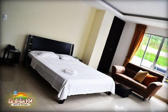 Suite: $90.000, Consta de una cama de 1.60m, mini sala, TV LCD, Equipo de sonido, mezas de noche, Jacuzzy, citofono.