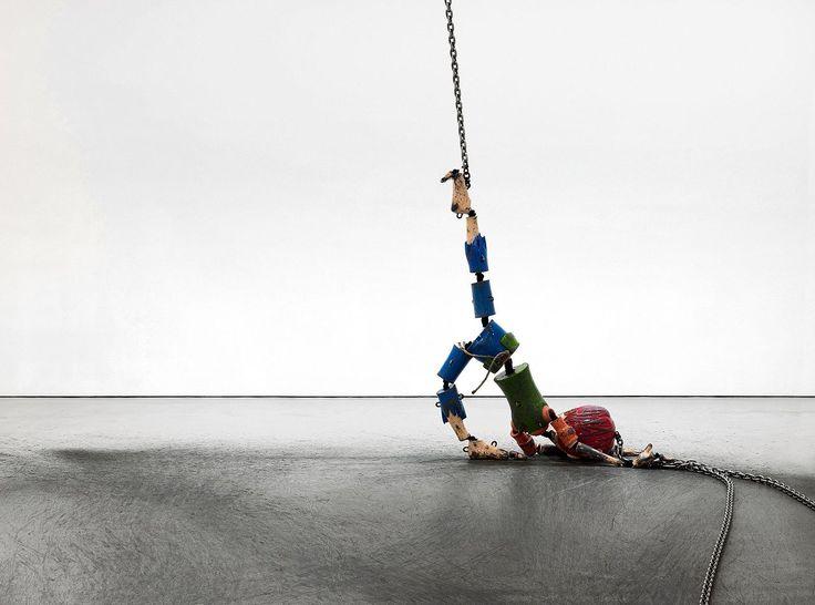 Op een tentoonstelling in het Stedelijk Museum is het meesterwerk 'Colored Sculpture' van Jordan Wolfson te zien: een sublieme stapeling van tegenstellingen.