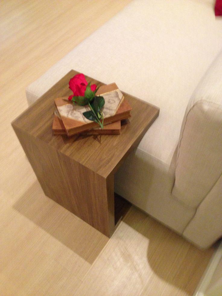 Uma mesa de apoio para a lateral do sofá é fundamental. Esta projetada pela arquiteta Pricila Dalzochio encaixa certinho no sofá. Esta mesa serve de apoio de copos, controles, livros, etc. Projeto e fotografia da arquiteta Pricila Dalzochio.