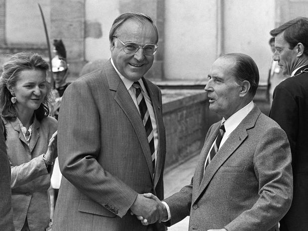 O presidente francês François Mitterrand (dir.) recebe o então chanceler alemão Helmut Kohl no castelo de de Fontainebleau, em junho de 1984. Assim que a União Soviética deixou de controlar a Europa Oriental, entre 1989 e 1990, Kohl passou a incentivar a reunificação da Alemanha Ocidental e da Oriental  Foto: AFP