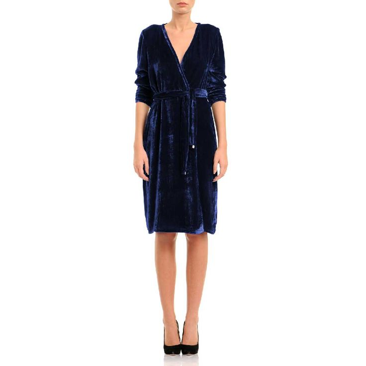 This wrap-silhouette piece made of genuine silk velvet is designed with a system that allows you to decide how generous the front slit should be. Elevate yours with simple heels. Navy-blue velvet 100% silk Fluid textil Wash by hand The model is 176 cm tall and is wearing a size 36. If you need this product made to fit your needs and measures, book an appointment in our studio at i@laurahincu.ro for Private Fashioning.