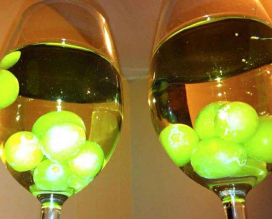 Dein Wein ist warm, aber Du kannst keine Eiswürfel reinwerfen, weil das den Wein verwässern würde? Friere Weintrauben ein und lass sie den Wein kühlen. | 33 geniale Lifehacks, die Du wirklich nützlich finden wirst