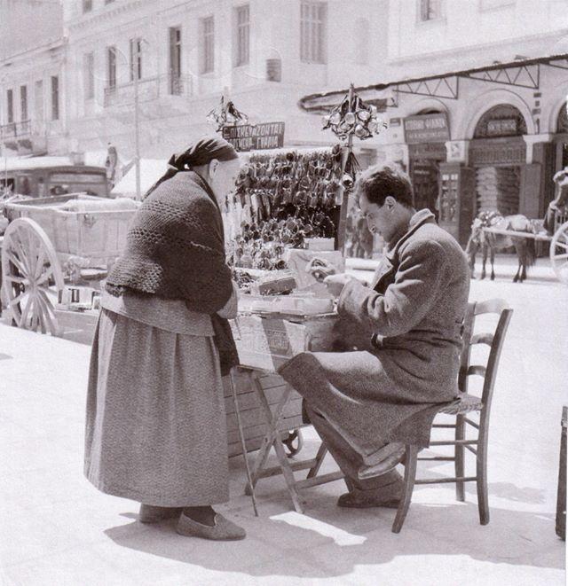 Αθήνα , πλανόδιος επισκευαστής γυαλιών.ΣΗΜΑΝΤΡΟΝ: Επαγγέλματα που χάνονται...φωτογραφικό υλικό Βούλα Παπαϊωάννου.