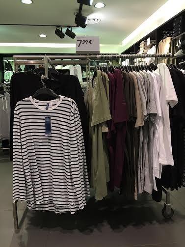 """A moda pegou entre os homens. O que muita gente achava ser tendência passageira e coisa de fashionista tomou as ruas, pelo menos as da Europa. A camisa longa, a chamada """"longline"""", chegou ao """"fast-fashion"""" com tanta força que a rede sueca H&M dedica quase metade das araras masculinas a essas roupas"""