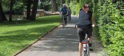 Radfahrer fahren auf den gepflasterten Wegen im Volkspark,