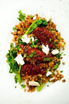 Kasza gryczana z suszonymi pomidorami, serem feta i szpinakiem