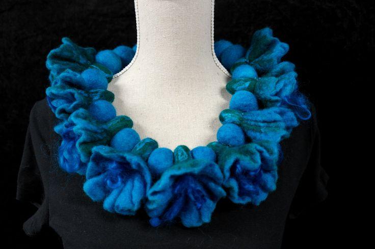 Een persoonlijke favoriet uit mijn Etsy shop https://www.etsy.com/nl/listing/242826951/vilten-bloemen-ketting-kraag-blauw