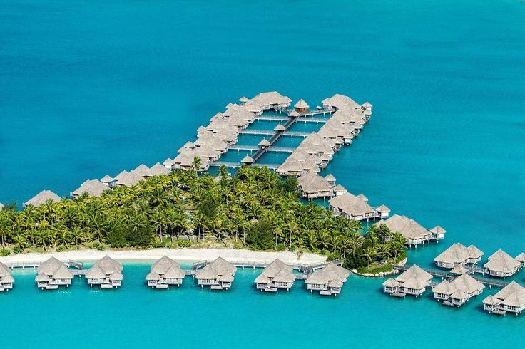 Eaux lagons, cocotiers ombrageux, jungles denses, bungalows sur pilotis… Tahiti est ce petit paradis vert planté dans le turquoise du Pacifique. Peuplé d'hôtels à la pointe, Vogue.fr s'y envole cet été et dévoile le top 4 de ces adresses très select sur l'archipel polynésien. Suivez le guide.