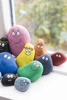 Barbapapa stenen. De uitpluizers kunnen stenen verzamelen en in mooie kleuren verven. Monitoren kunnen eens de stenen droog zijn de oogjes en de mond met een zwarte stift tekenen. Leuke activiteit met mooi resultaat.