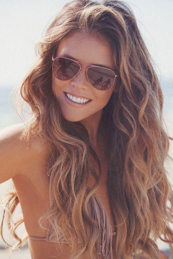 les longs cheveux, une fille avec lunettes de soleil, sourire